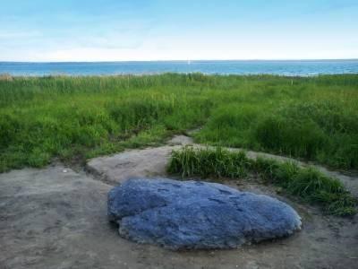 Синий камень – место силы и исполнения желаний S8171071